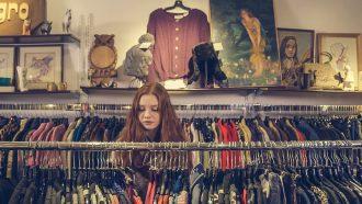 vrouw die duurzaam shopt