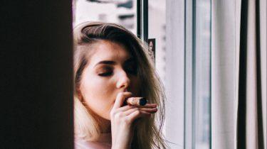vrouw met een verslaving