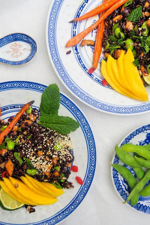 Aziatische salade met zwarte rijst, gegrilde wortel, mango en edamame