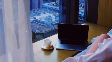 vrouw werkt in hotel door op vakantie