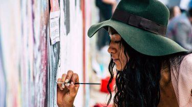vrouw die aan het schilderen is