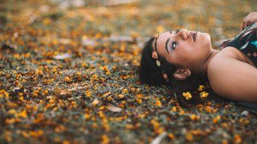 vrouw die moeite heeft met mediteren
