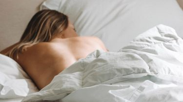 meisje alleen in bed na one night stand