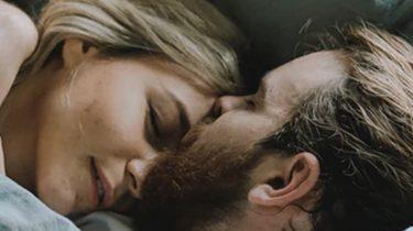 twee mensen liggen in bed