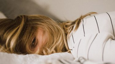 meisje ligt op bed