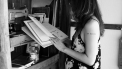 vrouw die aan het lezen is