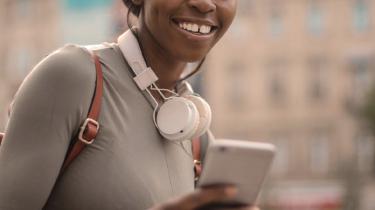 vrouw die naar podcast Unlocking Us luistert