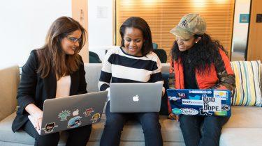 vrouwen werken samen