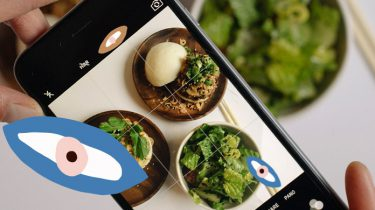 telefoon maakt foto van groene recepten