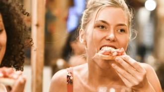 italianen die pizza eten