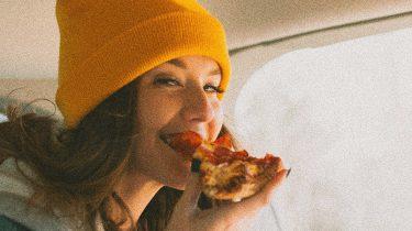 meisje eet pizza