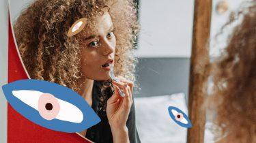 vrouw staat voor spiegel tanden te poetsen
