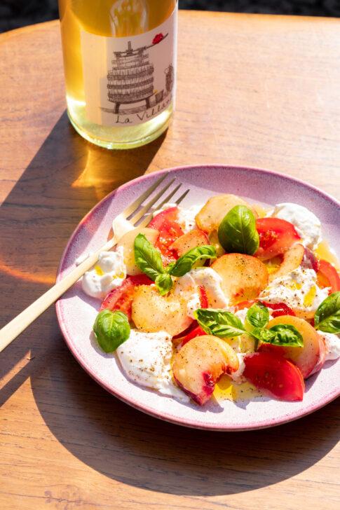 vega salade met burrata, tomaat en perzik
